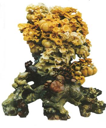 曾在青田石雕厂从事专业创作多年,擅长花鸟雕刻,优秀作品《老来红》